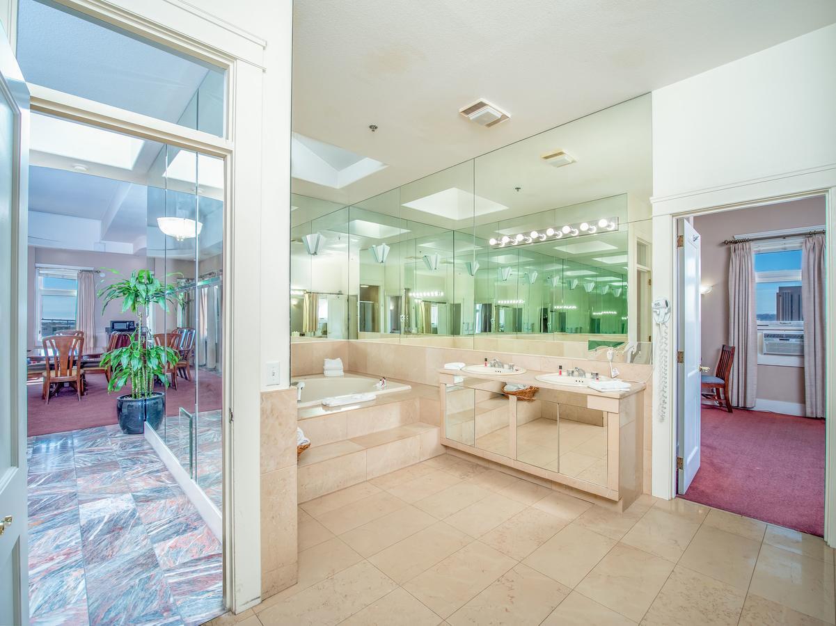 JACUZZI-HOTELS-CALI-Ramada-by-Wyndham-San-Diego
