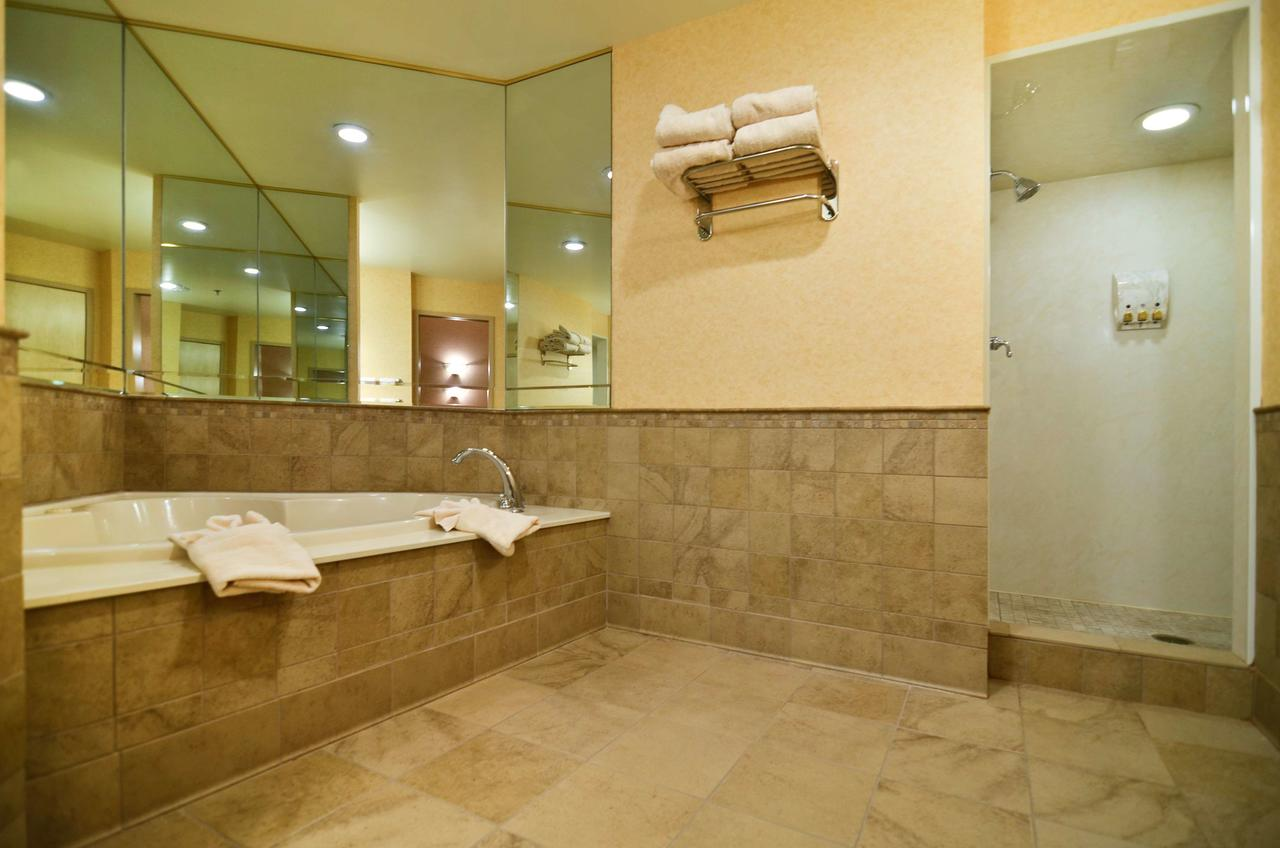 JACUZZI-TUB-SUITE-NEAR-GRAND-CANYON