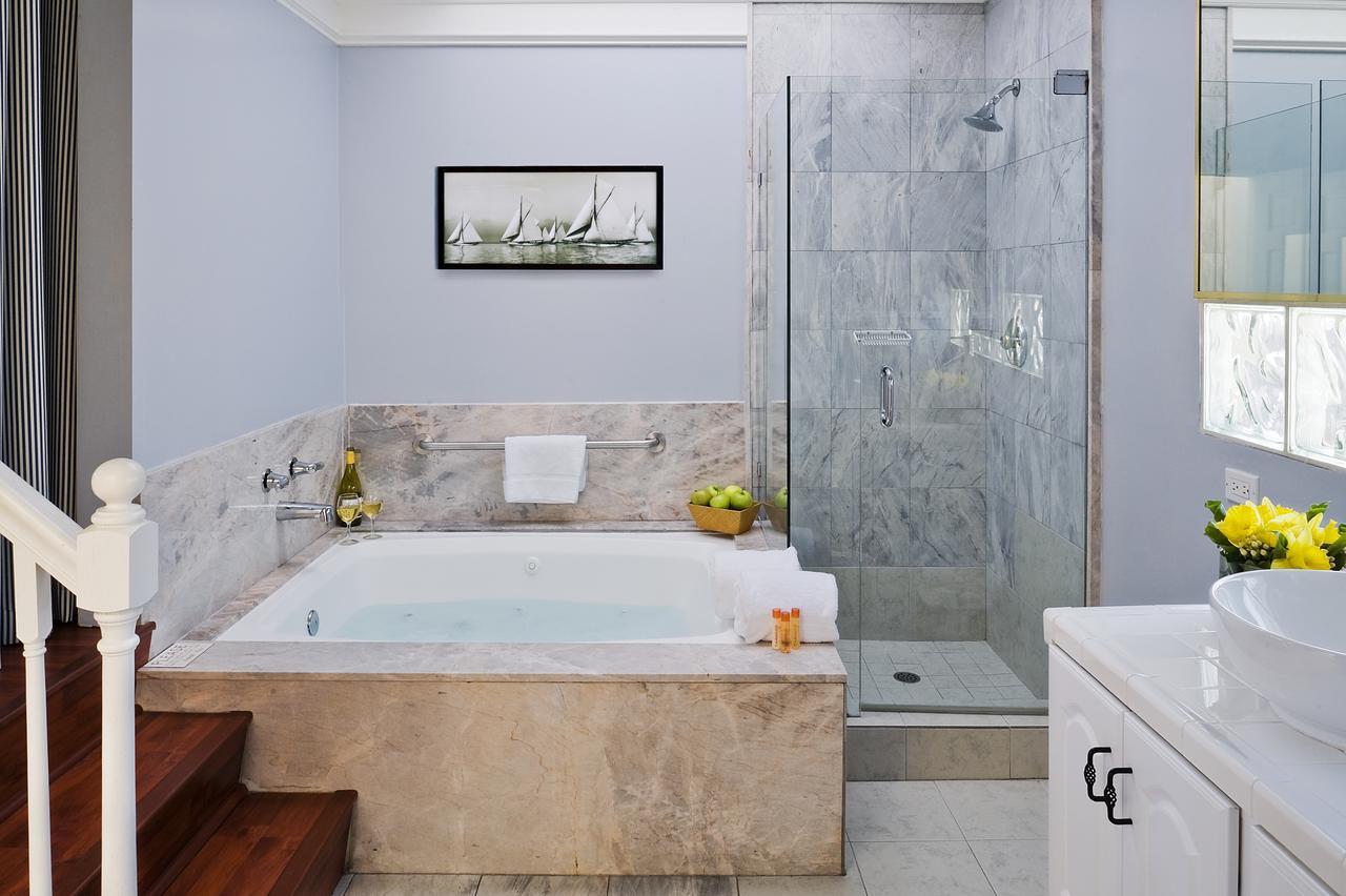JACUZZI-tub-suites-in-orange-county
